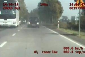 Dwa samochody idą na czołówkę z policjantami