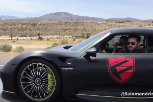 Porsche 918 Spyder vs Porsche 911 Turbo S [wideo]