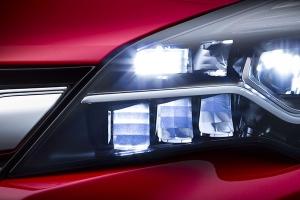 Nowy Opel Astra z inteligentnymi reflektorami LED